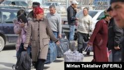 Мигранты пересекающие казахско-кыргызскую границу.