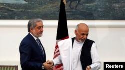 Abdullah Abdullah (M) Ashraf Ghani (D), gjatë nënshkrimit të marrëveshjes më 21 shtator
