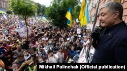Петро Порошенко під час акції на його підтримку біля будівлі Печерського районного суду. Київ, 18 червня 2020 року