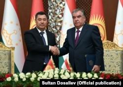 Президент Кыргызстана Садыр Жапаров (слева) и президент Таджикистана Эмомали Рахмон во время встречи в Душанбе 29 июня 2021 года