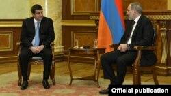 Armenia - Prime Minister Nikol Pashian (R) and Nagorno-Karabakh President Ara Harutyunian meet in Yerevan, November 22, 2020.