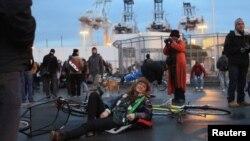 """""""Occupy Wall Street"""" қозғалысын қолдаушылар. Оклэнд, Калифорния, 12 желтоқсан, 2011 жыл."""