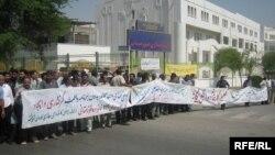 محتجون يطالبون بتحسين ظروف العمل في الأهواز عام 2007