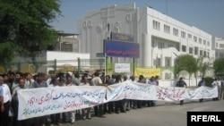 نمایی از تجمع کارگران در مقابل استانداری اهواز