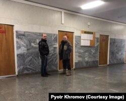 Сергей Наумов (справа) с неизвестным сотрудником полиции в Домодедовском городском суде/ дело Виктора Лукьяна