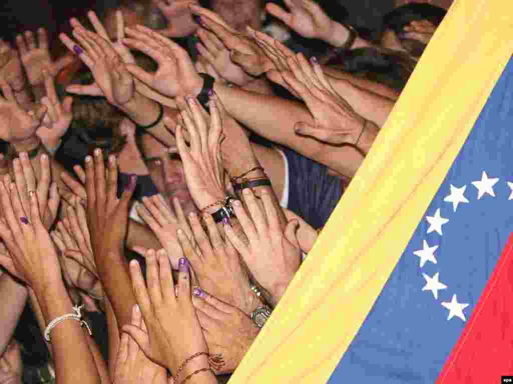 Венесуэла, 3 декабр - Мухолифони Чавез аз пирӯзӣ дар райъпурсӣ хушҳоланд - Уго Чавез тағйирот дар конститутсияи Венесуэларо ба раъйпурсӣ гузошта буд. Аз нукоти муҳимми ин тағйирот он буд, ки мӯҳлати раёсатҷумҳуриро маҳдудият намегузошт. Ин маънои онро дошт, ки Уго Чавез чанд боре хоҳад, метавонад раисҳумҷур бишавад. Аммо дар раъйпурсии рӯзи 2 декабр мардум ин тағйиротро напазируфт. Бино бар омори расмӣ, 50, 7 дар сади мардум зидди ин тағйирот раъй додаанд.
