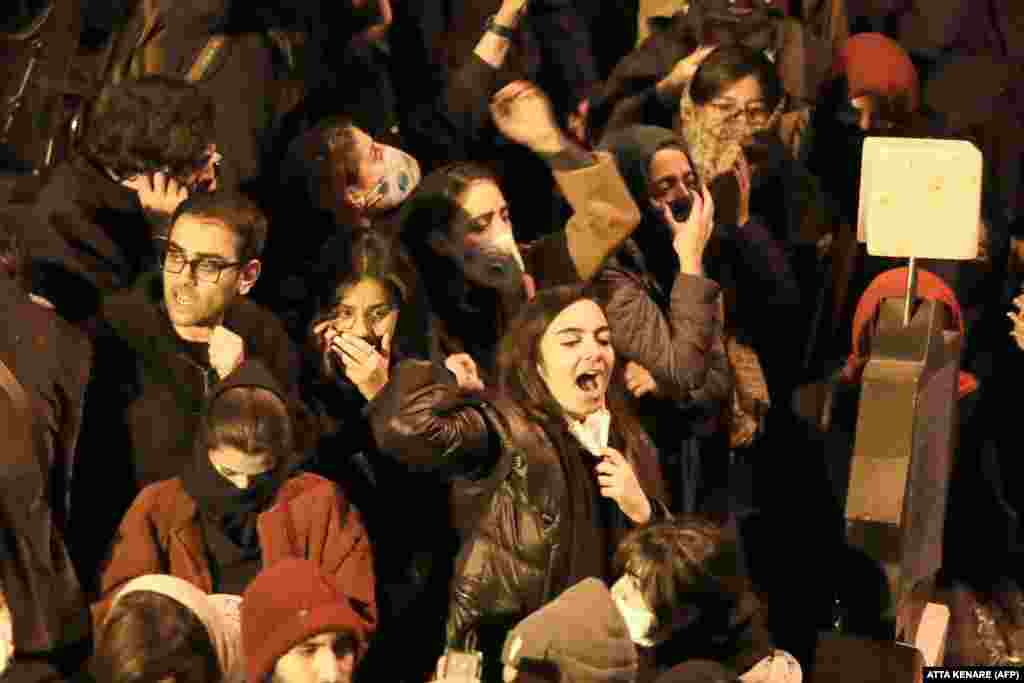 Іранські студенти скандують антиурядові гасла під час демонстрації перед університетом імені Аміра Кабіра в Тегерані, 11 січня 2020 року. «Головнокомандувач (Верховний лідер Аятола Алі Хаменеї – ред.) іди у відставку, іди у відставку!»