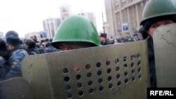 По информации лидера профсоюза московской милиции, стражи порядка не готовы разгонять трудящихся, протестующих против увольнений и задержки заработной платы
