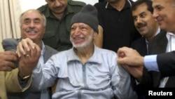 Ясир Арафат в оточенні лікарів, 2004 рік