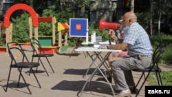 Уличный участок для голосования. Иллюстративное фото