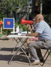 Детско игралиште како избирачко место во градот Пушкин на 25 јуни. Изборните службеници користеа мегафон за да ги повикаат жителите да дојдат и да гласаат.