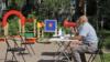 Голосование на детской площадке в городе Пушкин. Мегафон используется, чтобы громко оповещать о возможности опустить бюллетень в урну на этом избирательном участке.