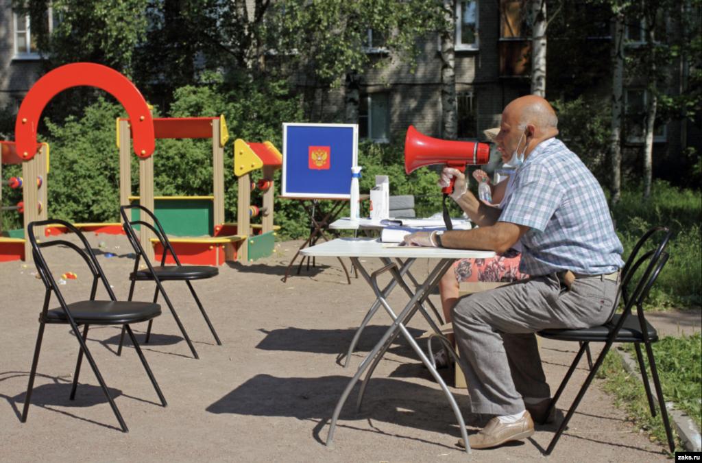 25 iunie. În orașul Pușkin, un teren de joacă pentru copii a devenit secție de votare. . Oficialii electorali au folosit un megafon pentru a îndemna locuitorii să vină să voteze.