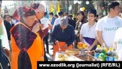 Жители Самарканда празднуют «Навруз», 19 марта 2017 года.