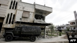 Syria -- Syrian soldiers man a checkpoint in the Bab Amro neighbourhood of the central restive city of Homs, 02May2012