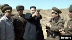 کیم جونگ اون، رهبر کره شمالی، در میان افسران ارتش آن کشور