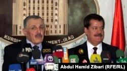 رئيس برلمان كردستان المستقيل كمال كركوكي (يمين) مع خلفه أرسلان بايز يتحدثان في أربيل