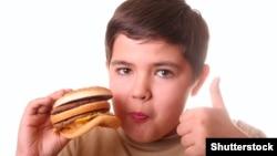 Mbipesha te fëmijët po shkaktohet nga kequshqyerja dhe mungesa e aktiviteti fizik.