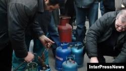 Специалисты напомнают, что Грузия не располагает установкой для производства сжиженного газа, нет у нее и терминалов, пригодных для приема специальных судов