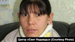 Лариса Васильева жила с новорожденным младенцем в полуразрушенном деревенском доме