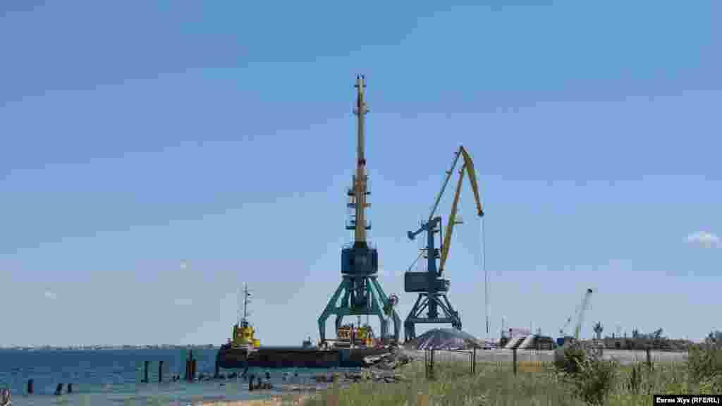 Тут здійснюється перевантаження піску, який добувають з озера за допомогою рефулерних барж