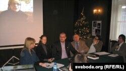 Відэаканфэрэнцыя з маці Ірыны Халіп (на экране): Малгажата Гасеўска, Юля Бандарэнка, Зьміцер Бародка