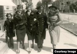 Командир Речной флотилии Польских ВМС в Пинске Витольд Заёнчковский (второй справа) на прогулке в Бресте. Фотостудия Ch. Lipiński, ул. Домбровского (совр. Пушкинская), 1930-е гг.