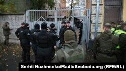 Силовики біля будівлі Святошинського суду Києва, 24 жовтня 2017 року