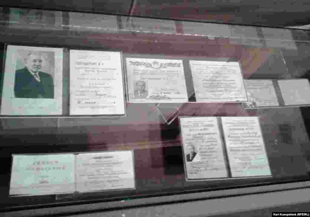 Документы, удостоверяющие научное звание Ауэзова, выставленные в музее писателя в селе Борлы.