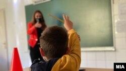 Илустрација. Ученик и наставничка.