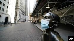 Статуя в маске на Уолл-стрит в Нью-Йорке.