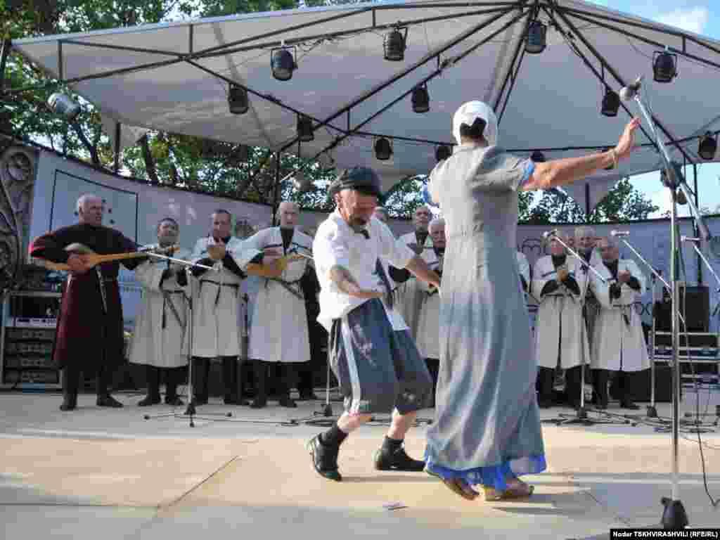 """არტ-გენის სტუმრები არიან შემოქმედებითი ნიჭით დაჯილდოებული ოჯახები. - ფესტივალი """"არტ-გენი"""" 2004 წლიდან იმართება და მისი მიზანია ფოლკლორისა და ტრადიციების მოძიება და პოპულარიზაცია. ფესტივალში მონაწილეობენ ფოლკლორის, რეწვისა და ზეპირსიტყვიერების ოსტატები საქართველოს სხვადასხვა კუთხიდან. წელს ფესტივალი ქართულ ენასა და დამწერლობას ეძღვნება და დასკვნითი ნაწილი თბილისის ეთნოგრაფიულ მუზეუმში იმართება."""