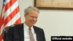 Američki ambasador na Kosovu Greg Delavi