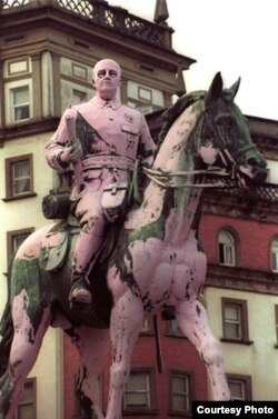 Памятник генералу Франко в городе Эль-Ферроль: противники франкизма облили статую розовой краской
