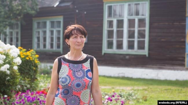Натальля Ільлініч на двары школы, у якой прапрацавала 25 гадоў. Яе звольнілі ў 2011-м