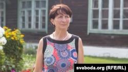 Натальля Ільлініч на двары школы, у якой прапрацавала 25 гадоў. Яе звольнілі ў 2011-м. Сёлета школу ў Тальцы зачыняюць назаўжды