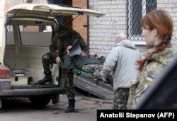 Эвакуация украинского военнослужащего из госпиталя в Артемьевске, 2015 год