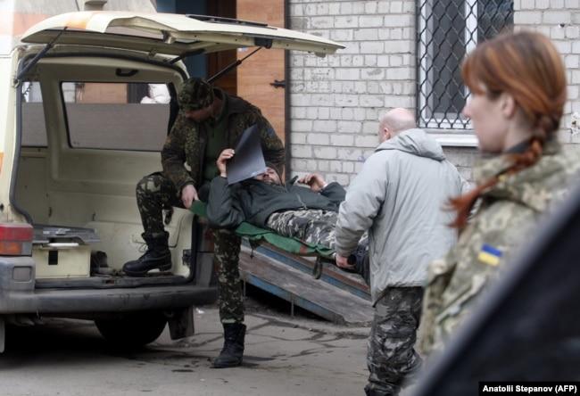 Евакуація українського військовослужбовця з госпіталю в Артемівську, 2015 рік