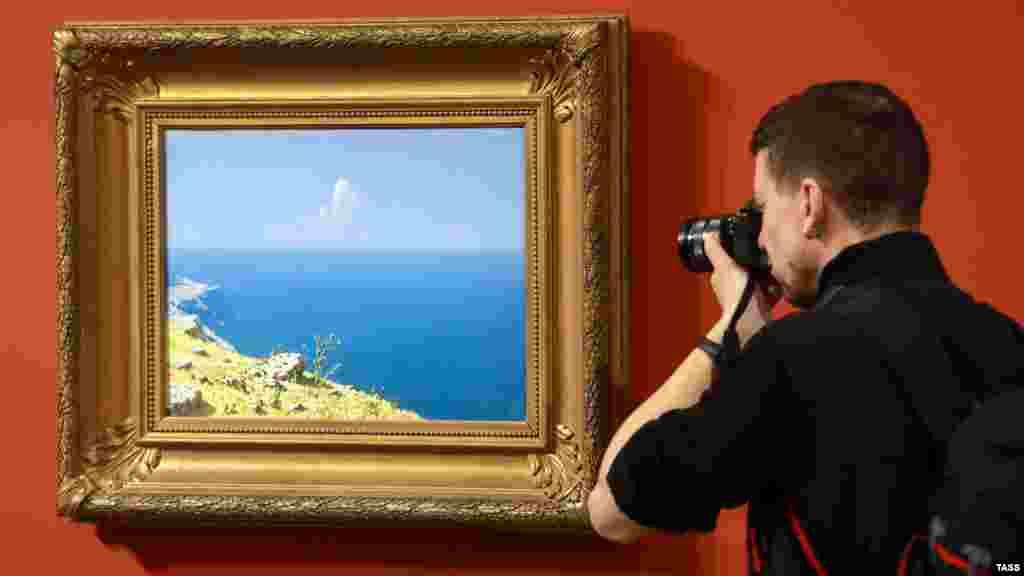 У 1868 році Куїнджі переїхав до Санкт-Петербурга, де почав навчання в Академії мистецтв. Там він дебютував на академічній виставці як учень Айвазовського з роботою «Татарське село при місячному освітленні на Південному узбережжі Криму». Ця картина не збереглася. На фото камерна виставка Куїнджі в Росії