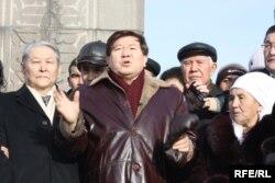 Оппозициялық саясаткер Серікболсын Әбділдин (сол жақта), ақын, қоғам қайраткері Мұхтар Шаханов (ортада) Желтоқсан оқиғасын еске алу шарасында. Алматы, 16 желтоқсан 2009 жыл.