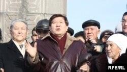 Поэт Мухтар Шаханов выступает перед своими сторонниками на площади Республики. Алматы, 16 декабря 2009 года.