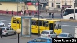 """Полицията във Владивосток пристигна в центъра на града с училищен автобус, на който пише """"Деца""""."""