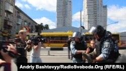 Киевская полиция задерживает противника гей-парада