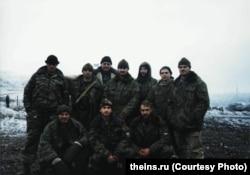 На цьому фото, як припускають у Bellingcat і The Insider, Боширов-Чепіга – крайній праворуч у верхньому ряду
