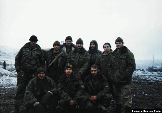 На этом фото, как предполагают в Bellingcat и The Insider, Боширов-Чепига – крайний справа в верхнем ряду