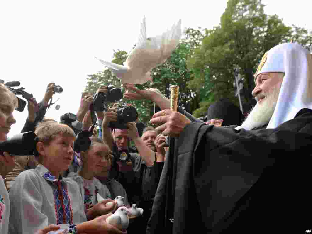 Ukraine -- Russian Orthodox Patriarch Kirill sets free a dove presented to him by children upon his arrival in Kyiv, 27Jul2009 - UKRAINE, Kiev : Russian Orthodox Patriarch Kirill sets free a dove presented to him by Ukrainian children on July 27, 2009 upon his arrival in Kiev at the start of a 10-day official visit.