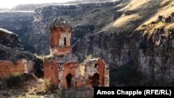 """Арменияны Түркиядан бөлүп турган Дев Рипсиме монастыры """"1001 чиркөөнүн шаары"""" деп аталган Анинин бузулуп бараткан бир бөлүгүнө кирет.<br />"""