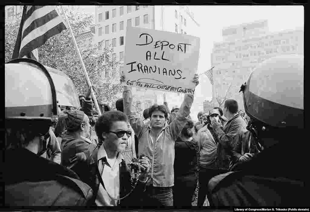 На протяжении всего кризиса с захватом заложников в США росли гнев и разочарование. В стране проходили антииранские акции. Одна из них, состоявшаяся в Вашингтоне (округ Колумбия) 9 ноября 1979 года, – на этом фото.