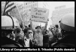 Падчас крызісу ў ЗША праходзілі масавыя дэманстрацыі супраць дзеяньняў студэнтаў і іранскіх уладаў