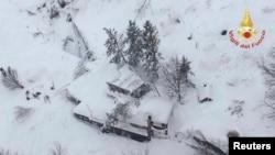 """Отель """"Ригопьяно"""", который накрыло снежной лавиной (Италия, 19 января 2017 г.)"""